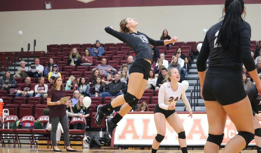 Volleyball Falls to No. 1 Calvin, then Finds Footing against Olivet