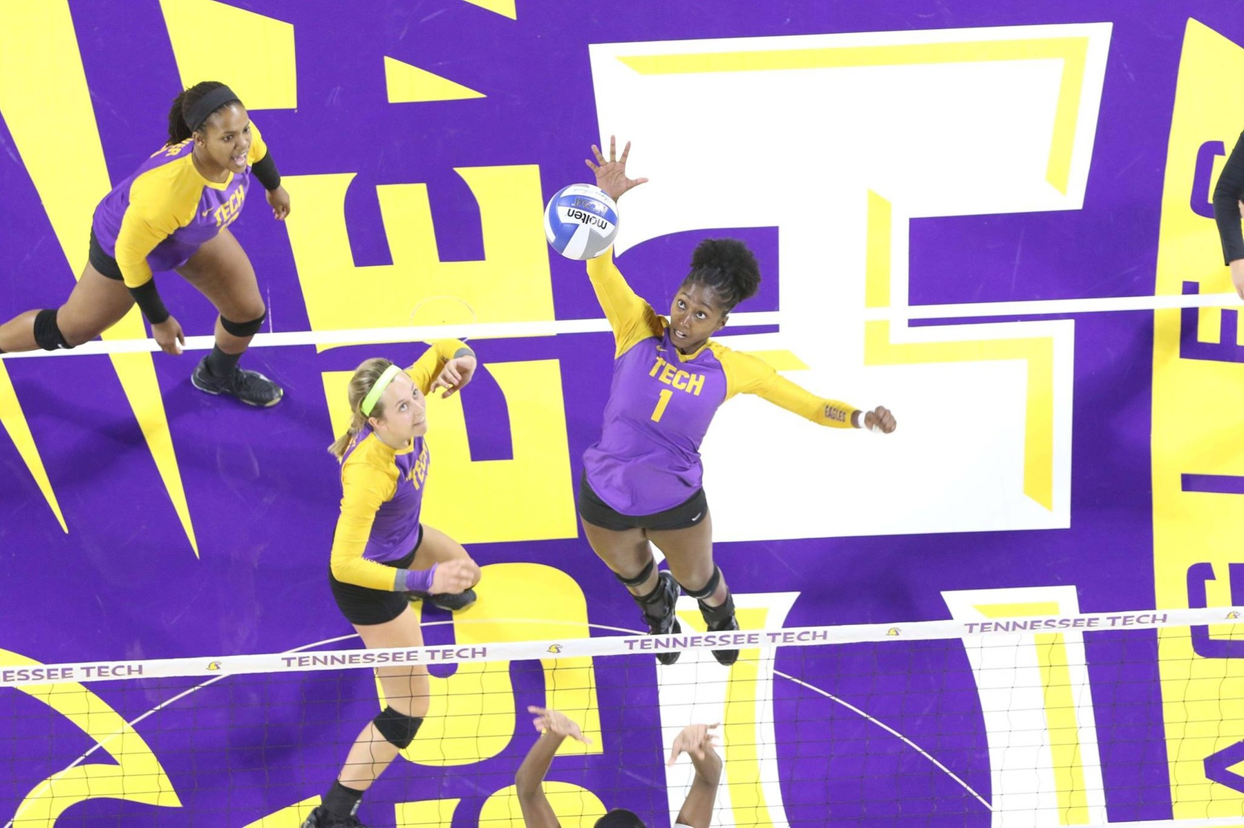 Volleyball falls short at Eastern Illinois
