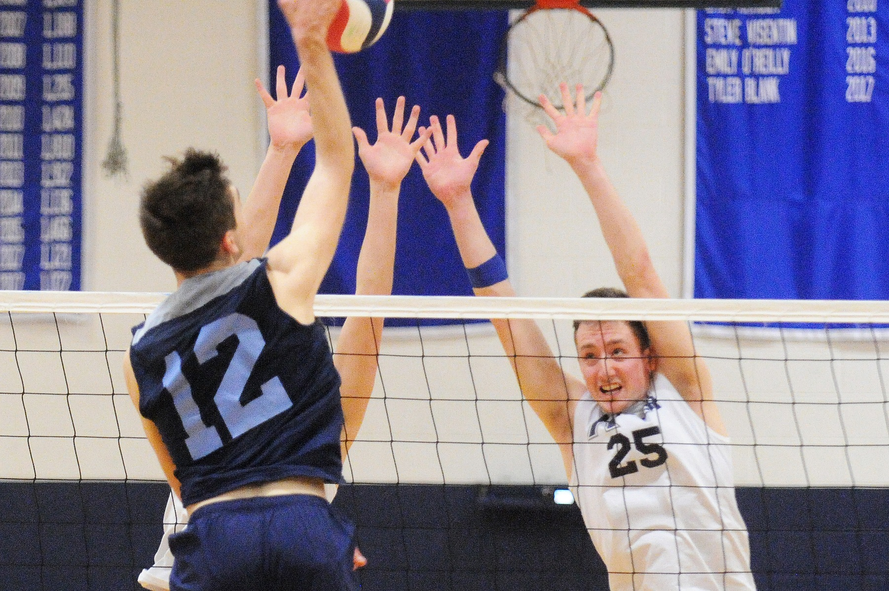 Men's Volleyball: Raiders pounce on the Leopards, 3-2.