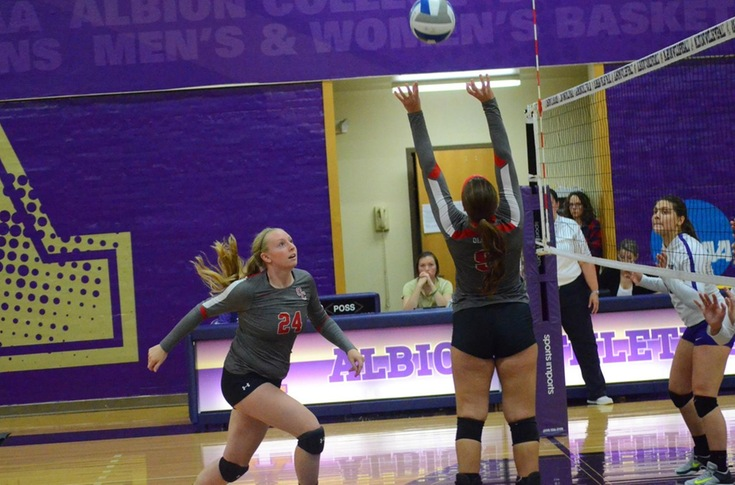 Women's volleyball team lets lead slip away in five-set loss at Albion