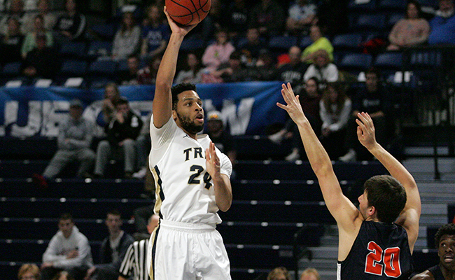 Men's Hoops Tips Off Season With Win Against Illinois Tech