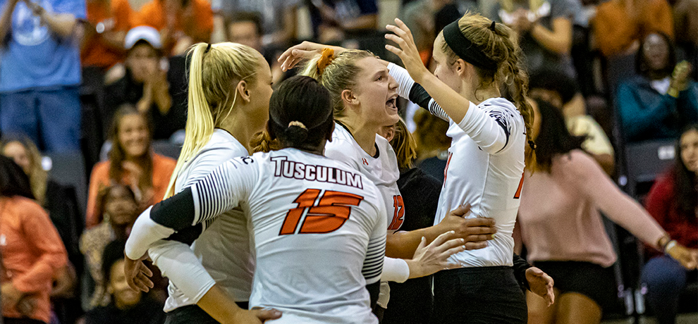 Women's Volleyball Executes a Weekend Sweep