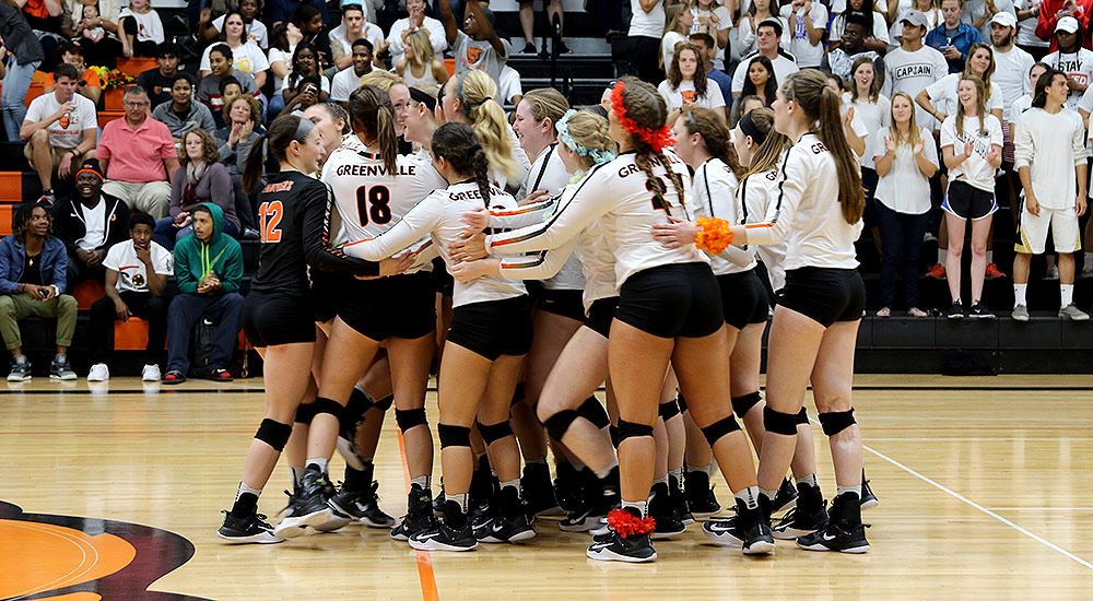 Women's volleyball takes Homecoming match