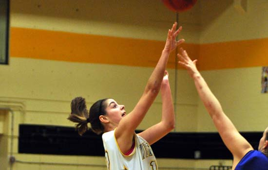 Women's Basketball Edged by Simmons