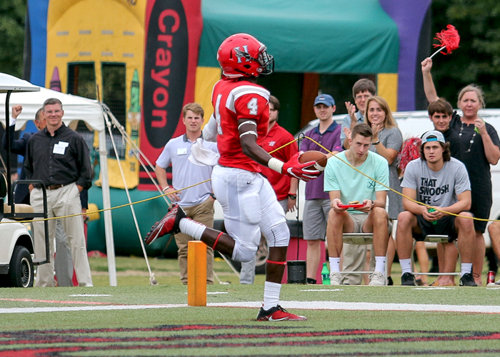 Quen Whitlow scored on a 91-yard reception for Huntingdon's first touchdown in a 27-7 win over Averett on Homecoming. (Photo by Carrie Bump)