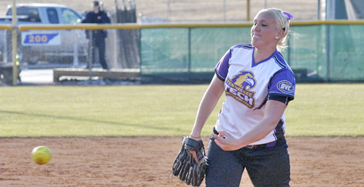 Softball falls twice to begin the UT Invitational