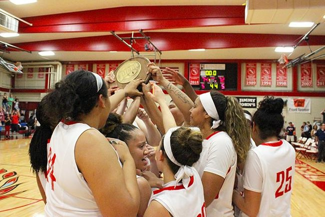 The Mesa Thunderbirds hoist their Region I Championship trophy. (photo by Aaron Webster)