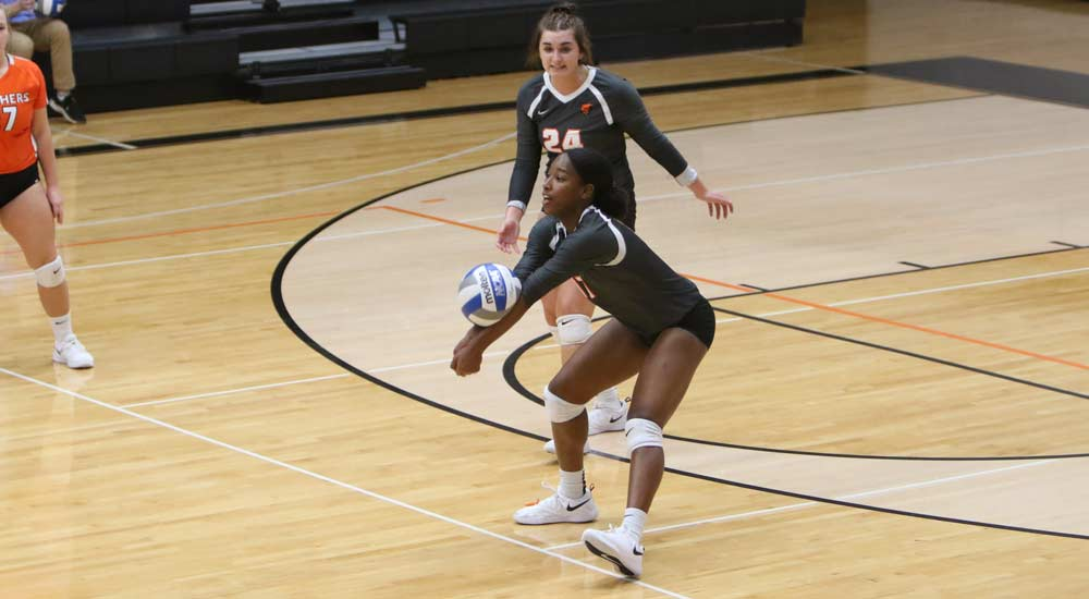 Women's volleyball cruises in three sets over Iowa Wesleyan