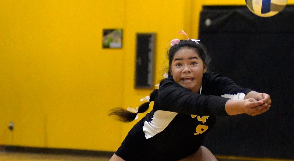 Janae Niutupuivaha had 18 digs in the win over Reedley. (Photo by Taft Midway Driller/@midwaydriller)