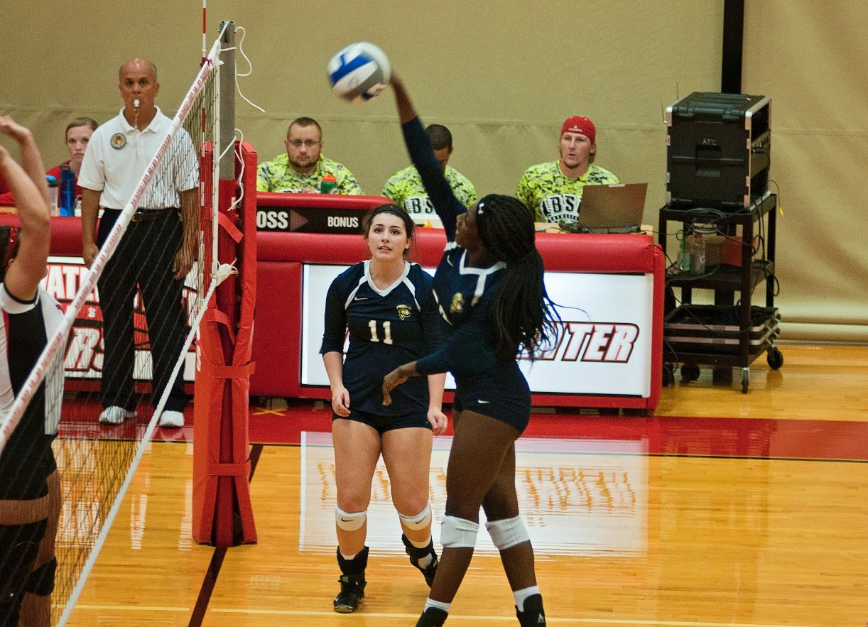 Volleyball Returns to Win Column, Defeats Pine Manor, 3-1