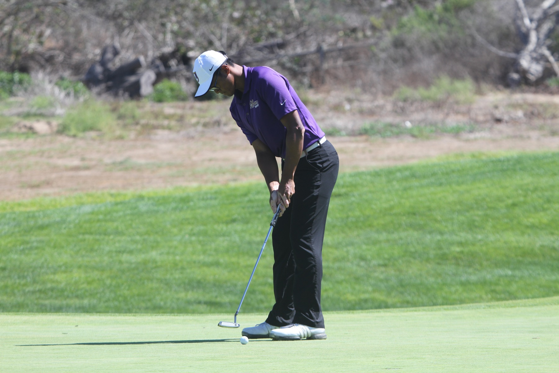 Ryan Kyaw putts at the CA State Intercollegiate.
