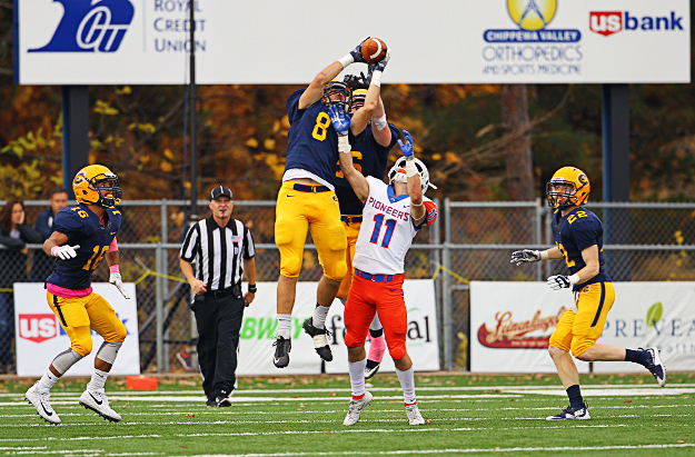 Blugolds fall to No. 10 Pioneers