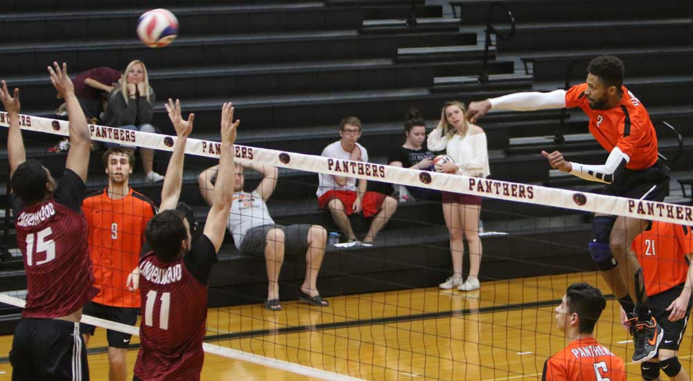 Men's volleyball finishes season with win over Loras