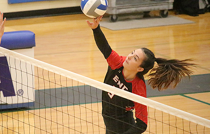 Women's Volleyball Locks Up 3-0 Win at Lesley