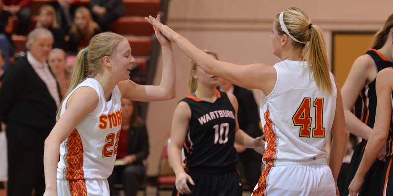 Women's basketball closes strong to beat Wartburg