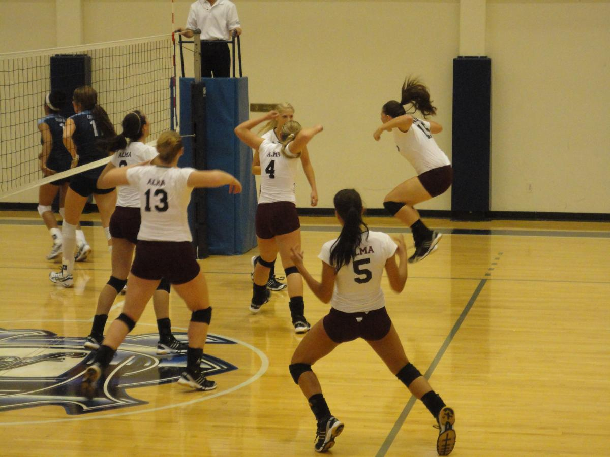 Volleyball team defeats Austin College (Tex.) and the University of Dallas (Tex.) by scores of 3-2 on Saturday