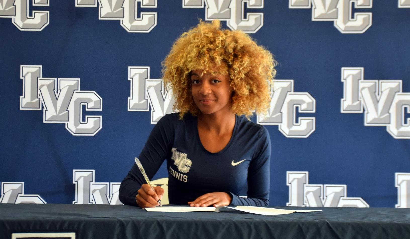 Women's tennis player Fiorella Dreux signs with Shorter