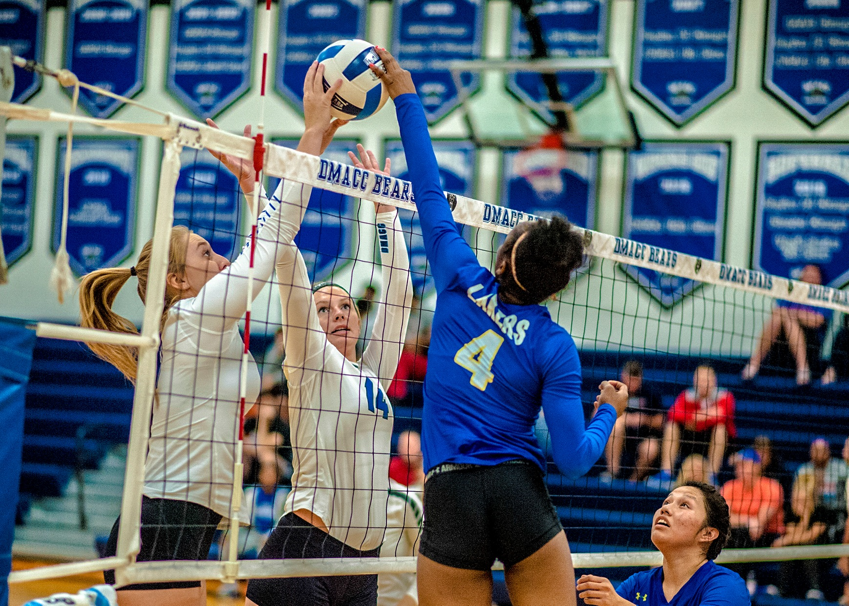 DMACC Volleyball Team Sweeps Iowa Lakers CC, 3-0