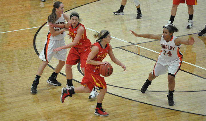 Women's Basketball Pulls Out Close League Road Win