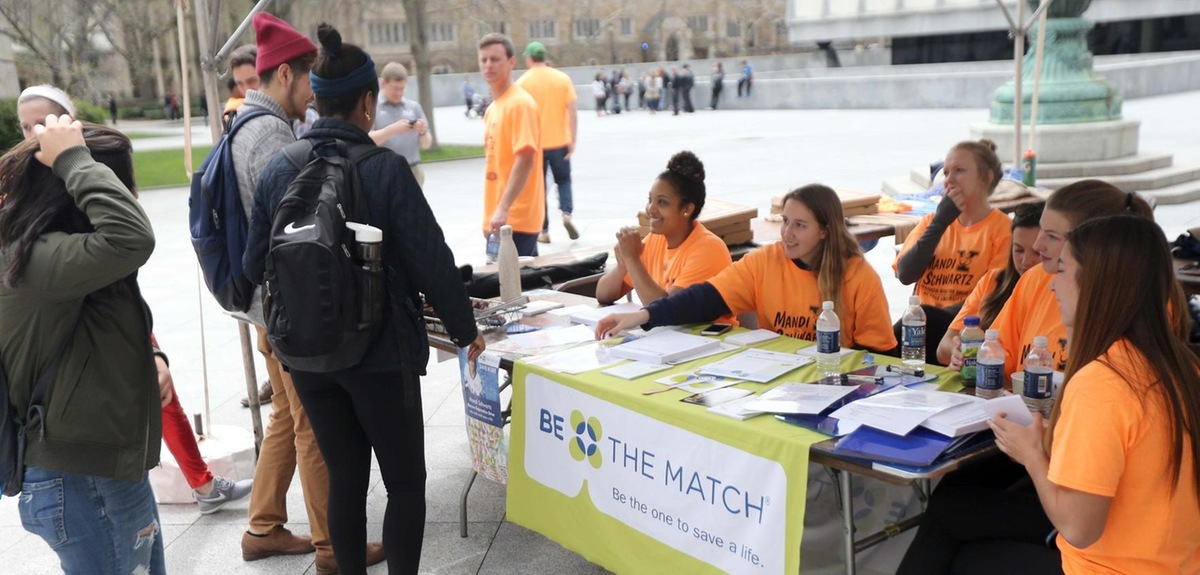 Yale women's ice hockey players assist potential donors. (photo by Sam Rubin '95, Yale Sports Publicity)