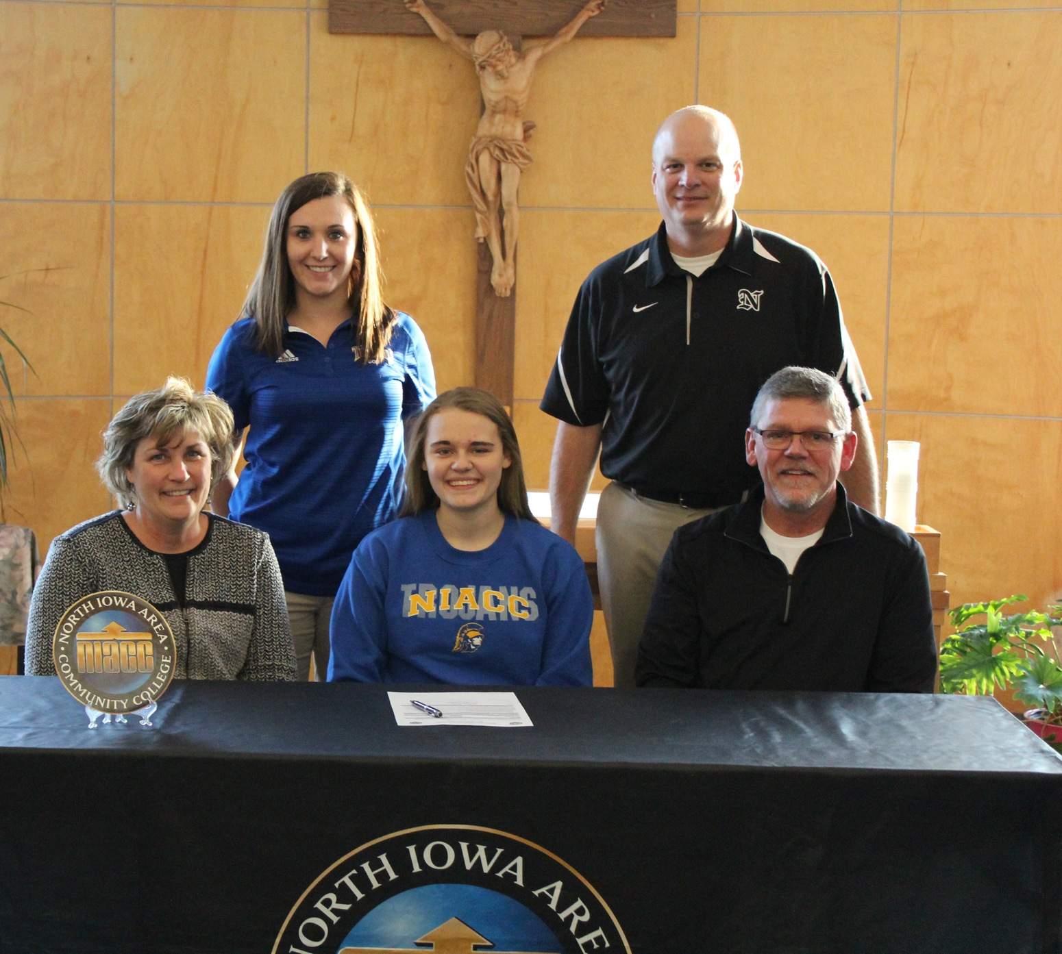 Morgan Luecht signed a national letter of intent Thursday to play golf at NIACC.