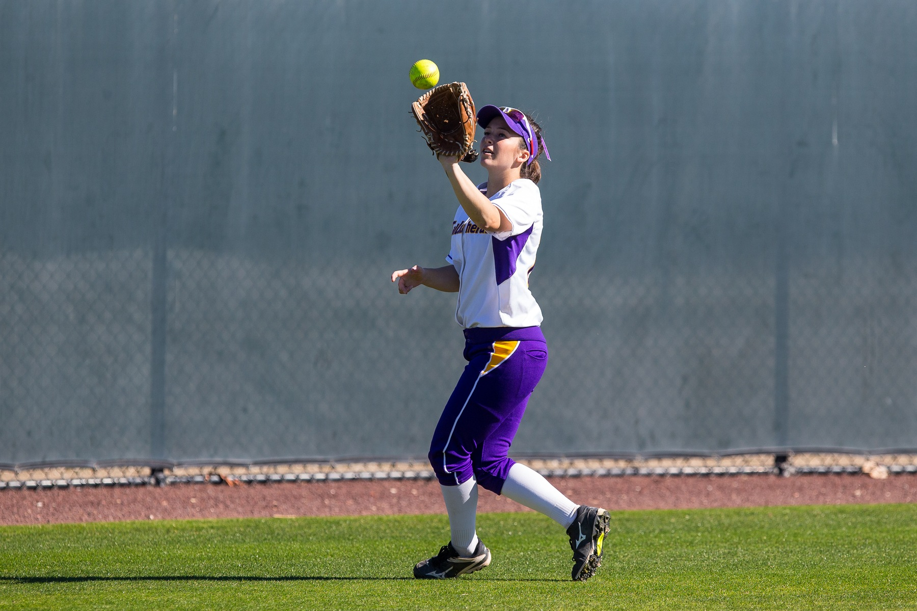 Cat Slabaugh catches a fly ball. (Credit: Dave Donovan)